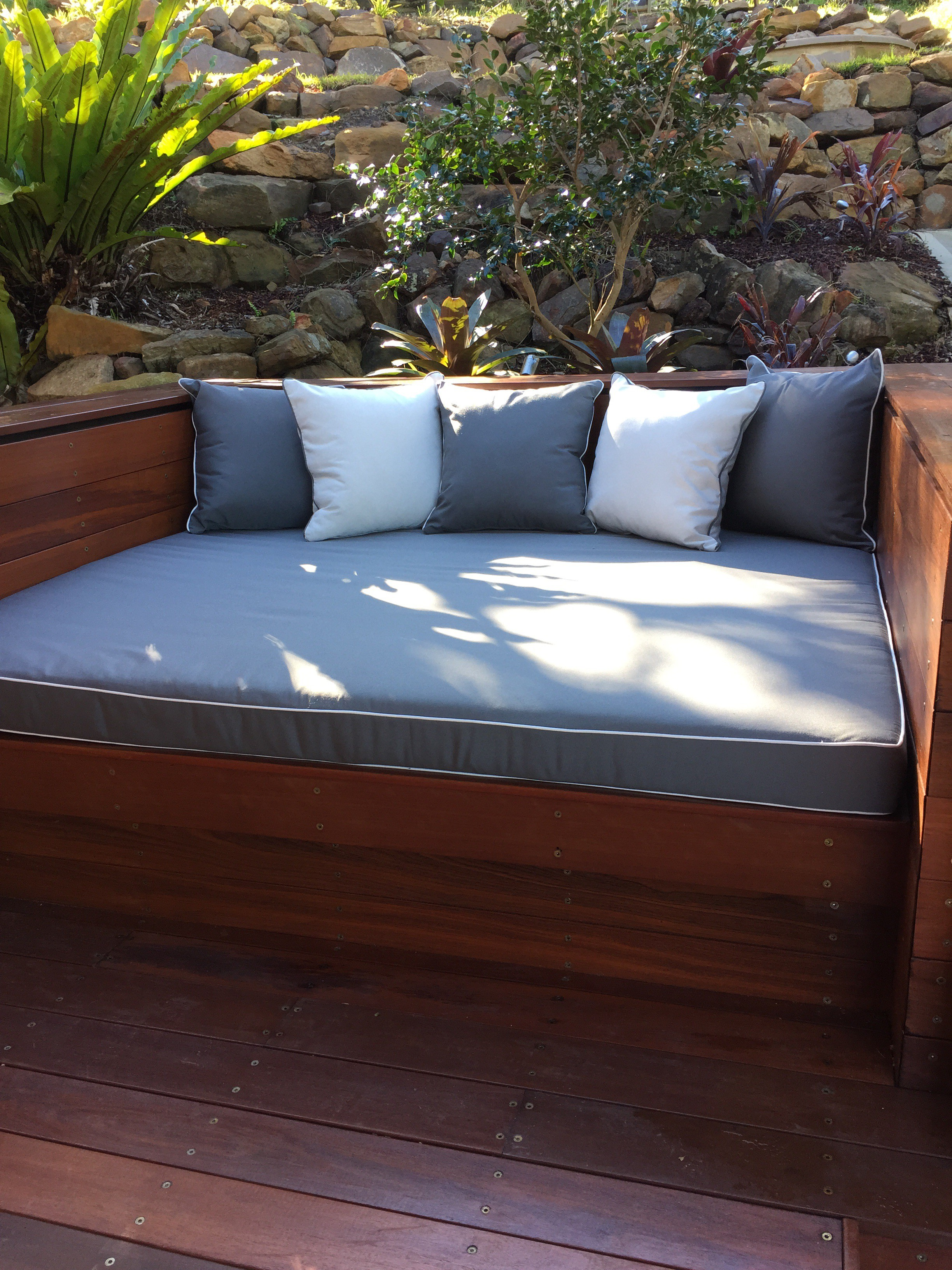 how to build an outdoor wooden bench seat